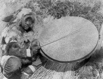 Indio nunivak y tambor